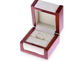 złoty pierścionek zaręczynowy w pudełku pierścionek z brylantem brylantami złoto żółte próba 0.585