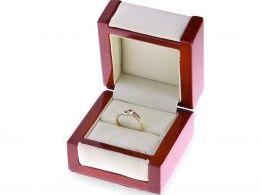 złoty pierścionek w pudełku zaręczynowy z brylantem nowoczesny wzór złoto żółte i białe 14 karatów próba 0.585