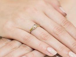 złoty pierścionek zaręczynowy z brylantem nowoczesny na palcu na ręce wzór złoto żółte i białe 14 karatów próba 0.585