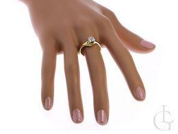 złoty pierścionek ekskluzywny na palcu