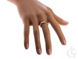 złoty pierścionek zaręczynowy na palcu szafiry brylanty diamenty złoto żółte nowoczesny wzór pierścionka