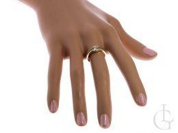 złoty pierścionek zaręczynowy na palcu na dłoni pierścionek z cyrkoniami złoto żółte próba 0.585 14ct
