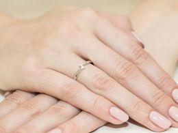 złoty pierścionek zaręczynowy na palcu na ręce pierścionek z brylantem brylantami złoto żółte próba 0.585