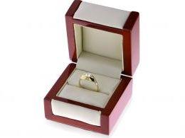 pierścionek złoty duży w pudełku pierścionki zaręczynowe