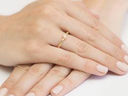 złoty pierścionek z brylantem diamentem zaręczynowy na palcu na ręce klasyczny wzór złoto żółte