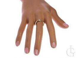 pierścionek zaręczynowy z brylantem diamentem klasyczny wzór brylant diament złoto żółte próba 0.585 14ct pierścionek na palcu na ręce w pudełku realne zdjęcie