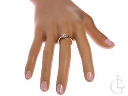 złoty pierścionek zaręczynowy z brylantem klasyczny wzór pierścionka złoto żółte próba 0.585 14ct pierścionek na palcu na ręce w pudełku realne zdjęcie