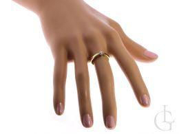 pierścionek zaręczynowy z brylantem na palcu na ręce brylant diament złoty żółte złoto białe próba 0.585 zaręczyny pierścionki złote brylanty klasyczne pierścionki zaręczynowe