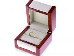 pierścionek zaręczynowy z diamentem w pudełku brylant diament złoty żółte złoto białe próba 0.585 zaręczyny pierścionki złote brylanty klasyczne pierścionki zaręczynowe