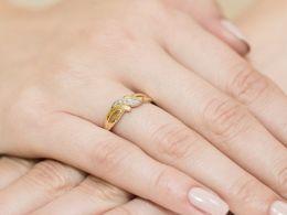złoty pierścionek zaręczynowy na palcu ręce pierścionek z brylantem diamentem brylantami złoto żółte próba 0.585