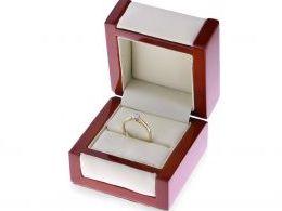 złoty pierścionek zaręczynowy z brylantem z diamentem klasyczny wzór złoto żółte próba 0.585 pierścionek na palcu na dłoni ręce pierścionek w pudełku zaręczyny prezent