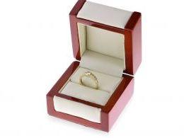 złoty pierścionek zaręczynowy w pudełku pierścionek z cyrkoniami złoto żółte próba 0.585 14ct