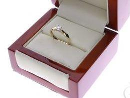 pierścionek złoty zaręczynowy klasyczny wzór z brylantami diamentami brylant diament czarne diamenty czarny diament zaręczyny złoto żółte 14K 0.585 pierścionek na palcu w pudełku realne zdjęcie zdjęcia pierścionek zaręczynowy na rocznicę pamiątkę mikołaja
