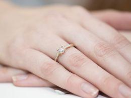 elegancki złoty pierścionek zaręczynowy z białego złota złoto żółte z brylantami diamentami zaręczyny pierścionki złote zaręczynowe delikatne zmysłowe na palcu realne zdjęcia