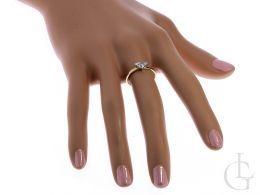 elegancki pierścionek złoty na palcu złoto żółte
