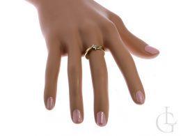 złoty pierścionek zaręczynowy na palcu na dłoni nowoczesny wzór pierścionki zaręczynowe złote