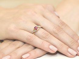 złoty pierścionek zaręczynowy z rubinem brylantami diamentami rubin diament brylant pierścionek zaręczynowy na palcu w pudełku realne zdjęcie foto złoto żółte certyfikat kamień szlachetny