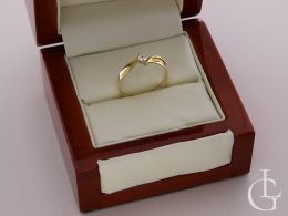złoty pierścionek zaręczynowy w pudełku nowoczesny wzór pierścionki zaręczynowe złote