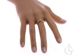 złoty pierścionek klasyczny wzór na palcu na dłoni złoto żółte próba 0.585 14K