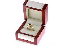 ekskluzywny złoty pierścionek obrączka z cyrkoniami złoto żółte cyrkonie pierścionek na palcu dłoni