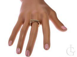 złoty pierścionek z cyrkoniami nowoczesny wzór pierścionek na palcu dłoni ręce w pudełku realne zdjęcie