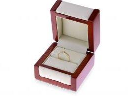 pierścionek zaręczynowy na palcu na dłoni pierścionek złoty z cyrkoniami złoto żółte