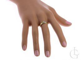 pierścionek zaręczynowy na palcu na dłoni złoto żółte cyrkonie złoto próba 0.585 14ct