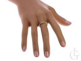 złoty delikatny pierścionek złoty z cyrkoniami pierścionek na palcu na dłoni