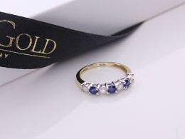 pierścionek złoty obrączka szeroki szafir szafirami brylantami brylant diament diamentami gruby złoto żółte 14K 0.585 pierścionek na palcu w pudełku realne zdjęcie zdjęcia pierścionek zaręczynowy na rocznicę pamiątkę mikołaja pod choinkę