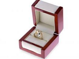 pierścionek na palcu ręce w pudełku realne zdjęcie złoty pierścionek ekskluzywny szeroki gruby złoto żółte białe próba 0.585