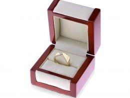 pierścionek złote ekskluzywny nowoczesny wzór cyrkonia szeroka gruba szyna złote pierścionki ekskluzywne na palcu ręce dłoni w pudełku złoto żółte