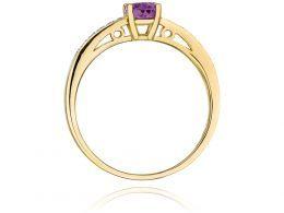 złoty pierścionek zaręczynowy z ametystem ametyst z brylantami diamentami na palcu na ręce złoto żółte próba 0.585 14ct nowoczesny wzór pierścionka