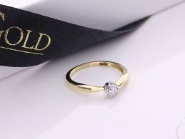 złoty pierścionek zaręczynowy zaręczyny z brylantami brylantem diamentem diamentami klasyczny wzór złoto żółte prezent dla żony dziewczyny na urodziny imieniny na pamiątkę pod choinkę realne zdjęcie zdjęcia na palcu w pudełku na modelce