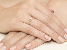złoty klasyczny pierścionek zaręczynowy z brylantem diamentem na placu złoto żółte złoto białe brylant diament