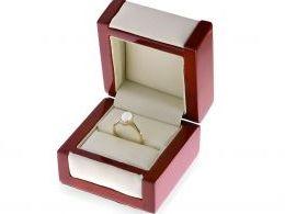 złoty pierścionek zaręczynowy z opalem opal tęczowy opal złoto żółte cyrkonie