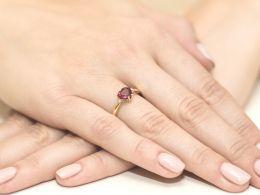 pierścionek złoty zaręczynowy serduszko z rubinem i brylantami diamentami na palcu realne zdjęcie