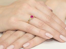 złoty pierścionek zaręczynowy z rubinem i brylantami diamentami rubin pierścionek na palcu realne zdjęcia pierścionka zaręczynowego