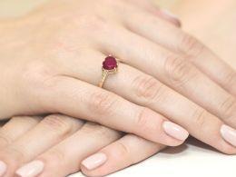 złoty pierścionek zaręczynowy z rubinem i brylantami korona serce rubin złoto żółte próba 0.585 pierścionek na palcu dłoni realne zdjęcie pierścionki na prezent dla żony dziewczyny rocznicę urodziny imieniny