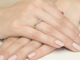 złoty pierścionek z brylantami i ametystem na zaręczyny ametyst brylanty diamenty pierścionek na palcu realne zdjęcia