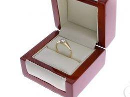 złoty pierścionek zaręczynowy z cyrkoniami nowoczesny wzór złoto żółte próba 0.585 pierścionek na palcu ręce realne zdjęcie