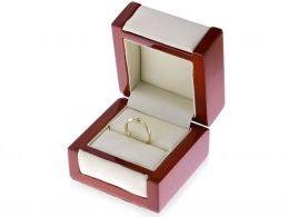 elegancki pierścionek złoty zaręczynowy na palcu na dłoni złoto żółte próba 0.585 14ct