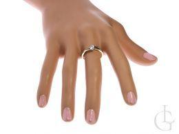 złoty pierścionek zaręczynowy na palcu na ręce realne zdjęcie foto klasyczny złoto żółte próba 0.585 cyrkonia pierścionki zaręczynowe klasyczne