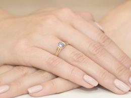 pierścionek złoty zaręczynowy z brylantami i tanzanitem diamentami diamenty brylanty pierścionek na palcu realne zdjęcia pierścionków