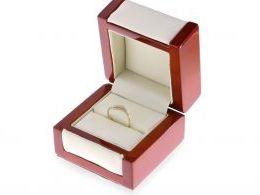 złoty delikatny pierścionek złoty z cyrkoniami pierścionek w pudełku