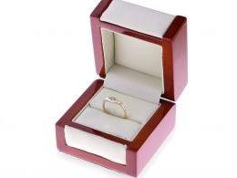 złoty pierścionek zaręczynowy w pudełku pierścionek z brylantem diamentem złoto żółte złoto białe próba 0.585 14ct