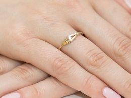złoty pierścionek zaręczynowy na palcu na ręce pierścionek z brylantem diamentem złoto żółte złoto białe próba 0.585 14ct