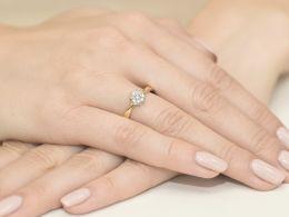 złoty pierścionek zaręczynowy z tanzanitem tanzanit brylantami diamentami na palcu na ręce złoto żółte próba 0.585 14ct nowoczesny wzór pierścionka