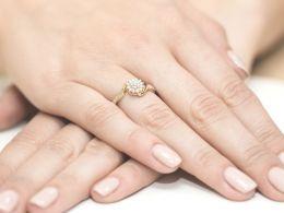 pierścionek złoty zaręczynowy z brylantami diamentami na palcu realne zdjęcie