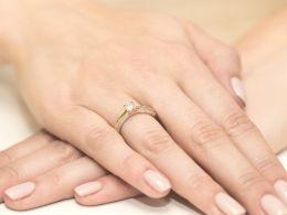 złoty pierścionek zaręczynowy z brylantami złoto żółte 0.585 brylanty diamenty pierścionek na palcu realne zdjęcia pierścionka