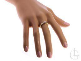 pierścionek zaręczynowy z brylantem diamentem na palcu na ręce złoto żółte złoto białe próba 0.585 14ct